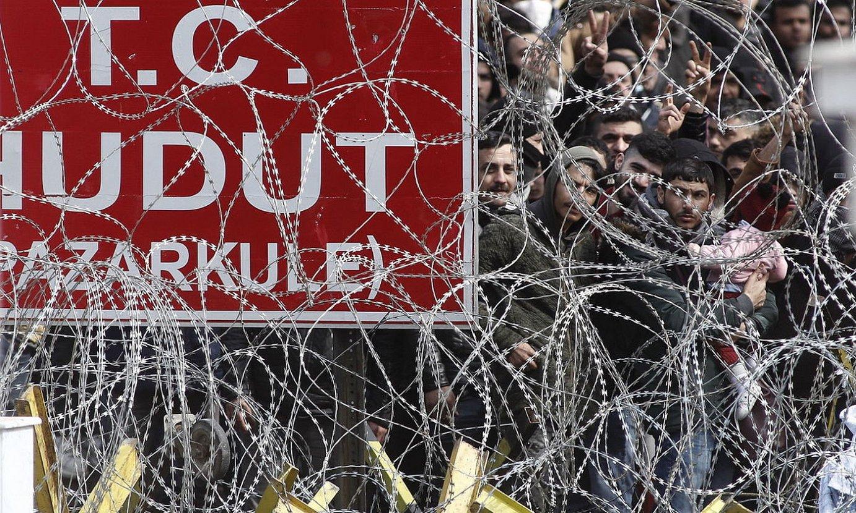 Iheslariak Turkia eta Grezia arteko mugan daude, Europara noiz sartuko zain. ©DIMITRIS TOSIDIS / EFE