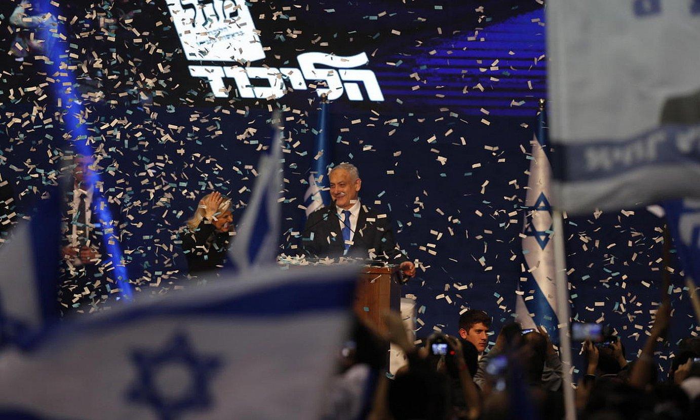 Benjamin Netanyahu hauteskunde garaipena ospatzen, atzo, bere jarraitzaileen aurrean, Tel Aviven. ©ATEF SAFADI / EFE
