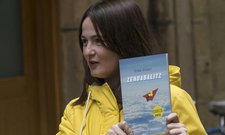 Erika Elizari idazlea, <em>Zendabalitz</em> nobela eskuetan hartuta, atzo, Donostiako Parte Zaharrean. ©ANDONI CANELLADA / FOKU