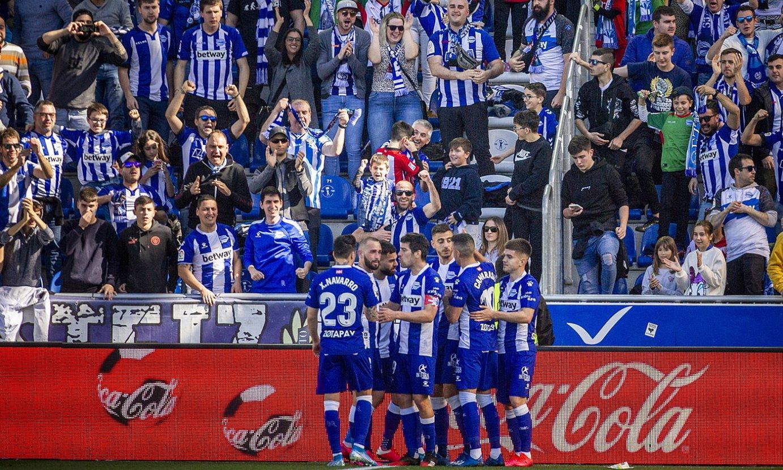 Alaveseko jokalariak, Athletici azken orduan sartutako gola ospatzen. ©JAIZKI FONTANEDA / FOKU
