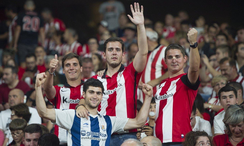 Athleticeko zaleak eta Realekoak elkarrekin, bi taldeek joan den abuztuan jokatu zuten derbian, San Mamesen. ©MONIKA DEL VALLE / FOKU
