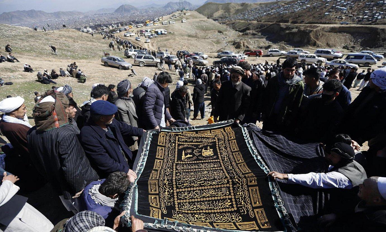 Kabulen ostiraleko atentatuan hildako hazaren aldeko hiletak, atzo, hiriburuaren inguruko muinoetan. ©JAWAD JALALI / EFE