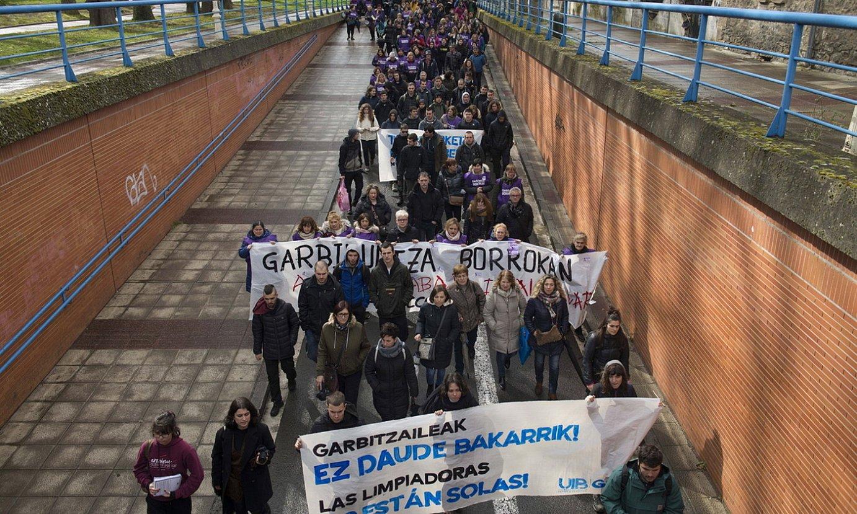 Aurreko ostegunean garbitzaileek manifestazio bateratua egin zuten Gasteizen. ©RAUL BOGAJO / FOKU