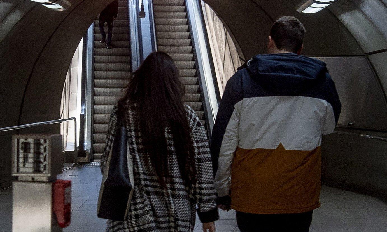 Gazte bi Abandoko metro geltokitik irteten, atzo, Bilbon. / LUIS JAUREGILATZO / FOKU