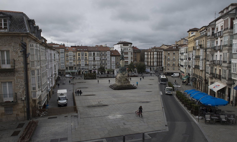 <b>Gasteiz. </b>Andre Maria Zuriaren plazan apenas ibili den jenderik ostiral arratsaldez; itxi egin dira inguruetako saltoki eta taberna gehientsuenak. / RAUL BOGAJO / @FOKU