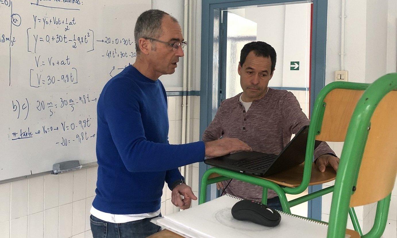 Jose Miguel Aranzadi irakaslea, eskola birtuala prestatzen. / BERRIA