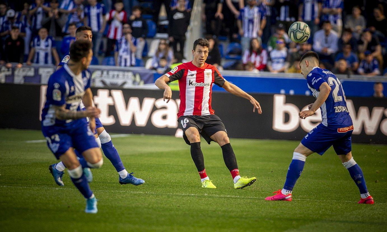 Mikel Vesga Athleticekoa, erdian, Alaveseko jokalariz inguratuta, Mendizorrotzako ligako partidan. ©JAIZKI FONTANEDA / FOKU