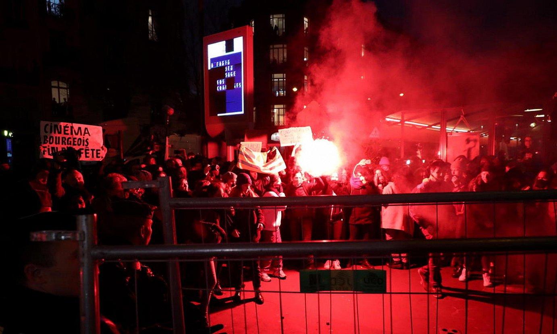 Feministak protestan Cesar sariak banatzeko ekitaldiaren kanpoan, Polanskiren aurka, Parisen. ©CHRISTOPHE PETIT TESSON / EFE