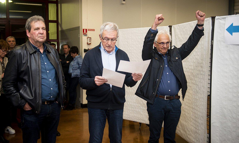 Charles Mazondo hautagaia, Barthelemy Agerreren kontrako garaipena ospatzen, igande gauean, Donapaleuko herriko etxean. ©GUILLAUME FAUVEAU