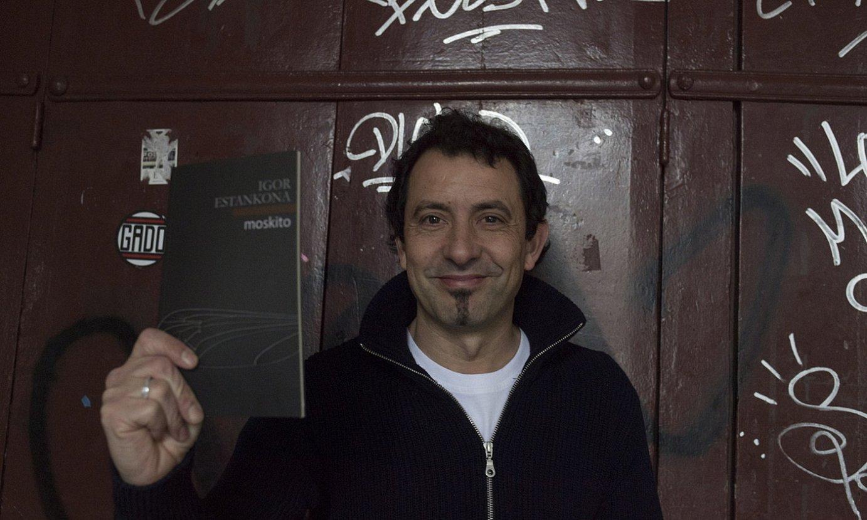 Igor Estankona idazlea, <em>Moskito</em> bere bosgarren poema liburua eskuetan duela, Donostian aurkeztu berritan. ©JUAN CARLOS RUIZ / FOKU