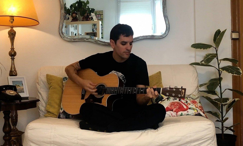 Jon Basaguren musikariak estreinatu zuen atzo BERRIA Aretoa, etxean grabatutako kontzertu akustiko batekin. ©BERRIA