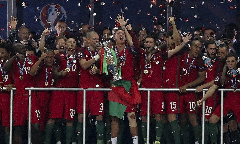 Portugalek irabazi zuen 2016ko Eurokopa. Irudian, jokalariak kopa jasotzen. ©MIGUEL A. LOPES / EFE