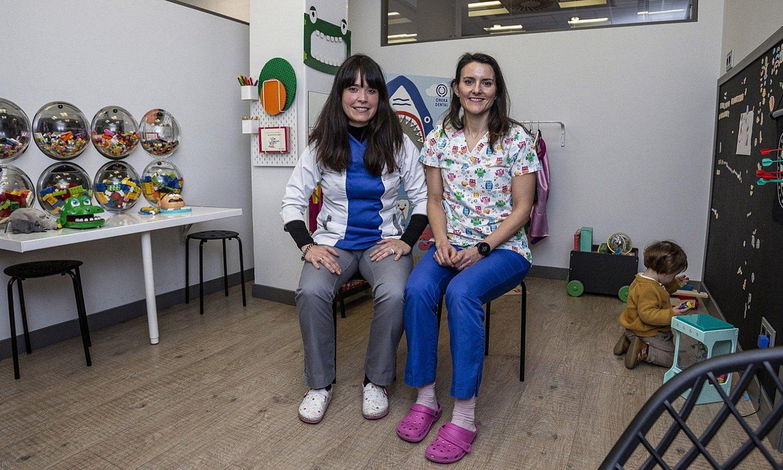 Ainhara Abaitua eta Andrea Poza, Bilboko Oreka Dental hortz klinikako haurren itxaron gelan. ©ARITZ LOIOLA / FOKU