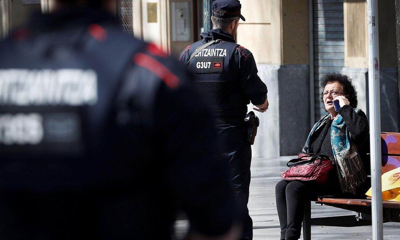 Ertzain batzuk, joan den igandean, Donostian, herritar batekin. ©JAVIER ETXEZARRETA / EFE