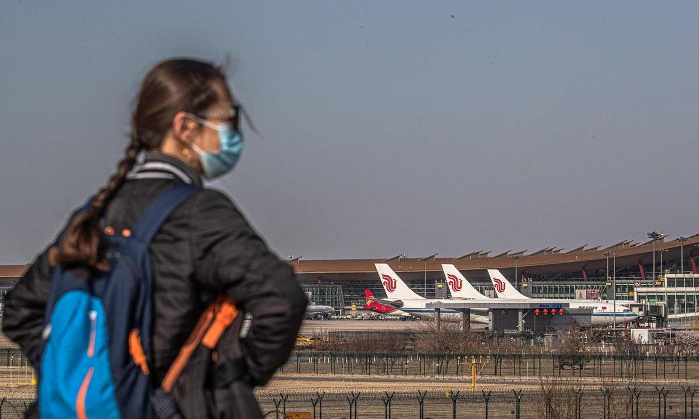 <b>Pekingo Nazioarteko Aireportua. </b>Gero eta gehiago dira atzerritik Txinara doazenak babes bila. ©ROMAN PILIPEY / EFE