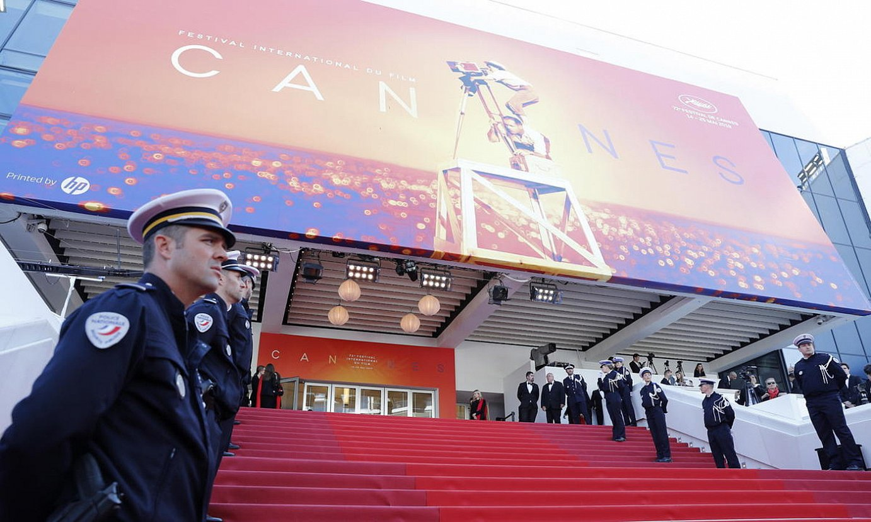 Frantziako Polizia Cannesko jaialdiaren ataria zaintzen, iaz. ©SEBASTIEN NOGIER / EFE