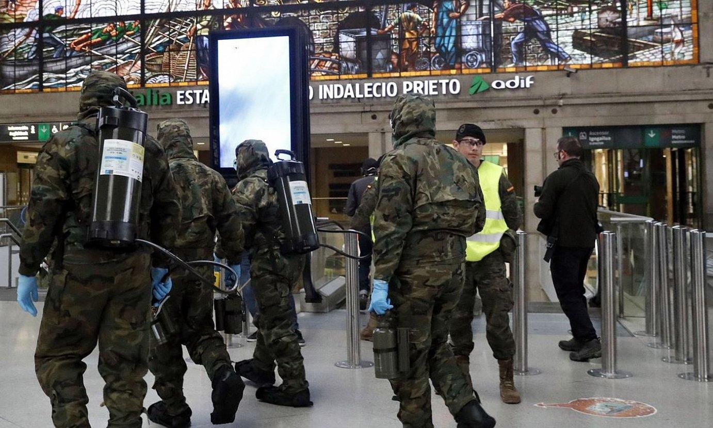Espainiako armadako kideak, atzo, Bilboko tren geltokian. / LUIS TEJIDO / EFE