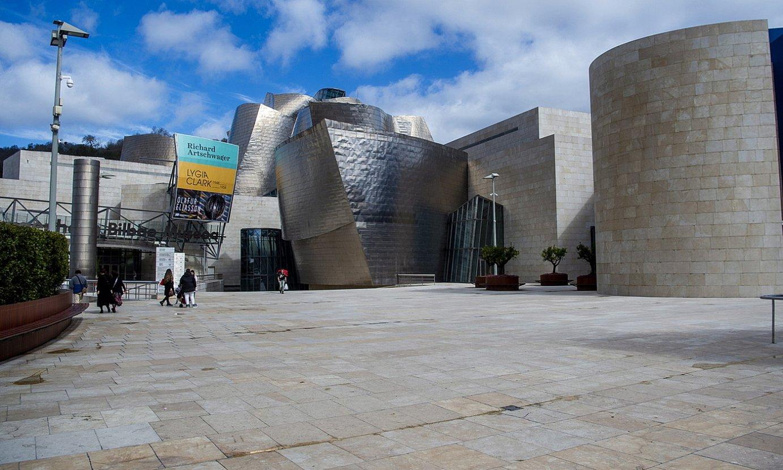 Bilboko Guggenheim museoko ataria, koronabirusaren hedapenaren ondorioz ateak ixteko erabakia hartu aurreko egunetan. ©LUIS JAUREGIALTZO / FOKU