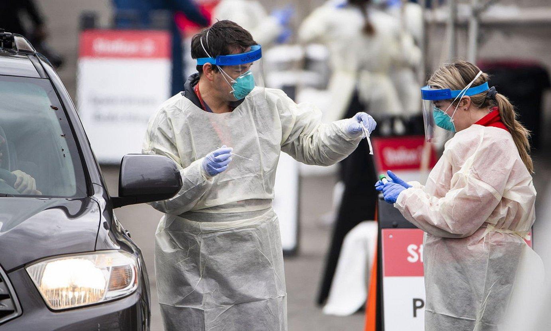 Osasun langileen talde bat koronabirusaren azterketa probak egiteko postu batean, Washingtonen. ©JIM LO SCALZO / EFE