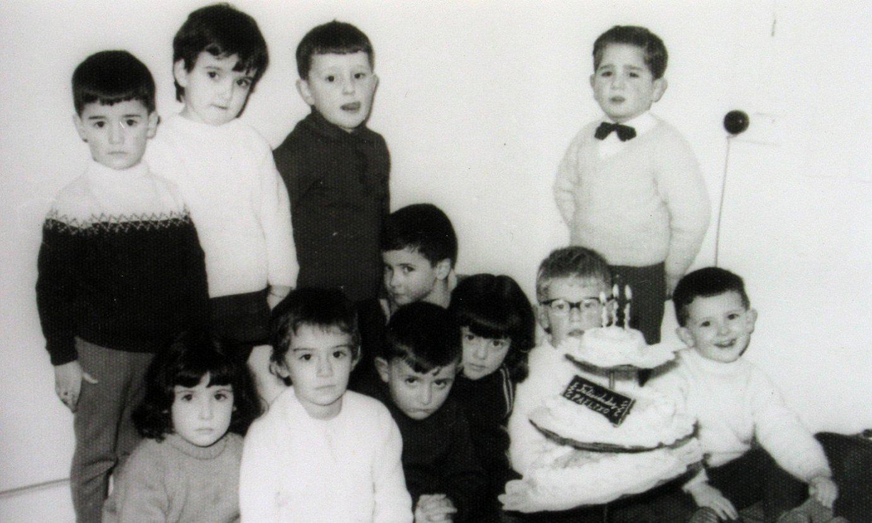 Ikastolako lehen argazkia, 1964ko otsailaren 24koa. Atzean, ezker-eskuin: Joseba Grajales, Arantza Martinez de Marigorta, Pedro Elosegi, Jabier Ugarte eta Alvaro Lopez Goikoetxea. Makurtuta: Idoia Ioldi, Itziar Lopez de Lacalle, Iñaki Arriola, Arantza Aranzabal, A. Anakabe eta Rafael Pikatoste. ©ZALDI ERO
