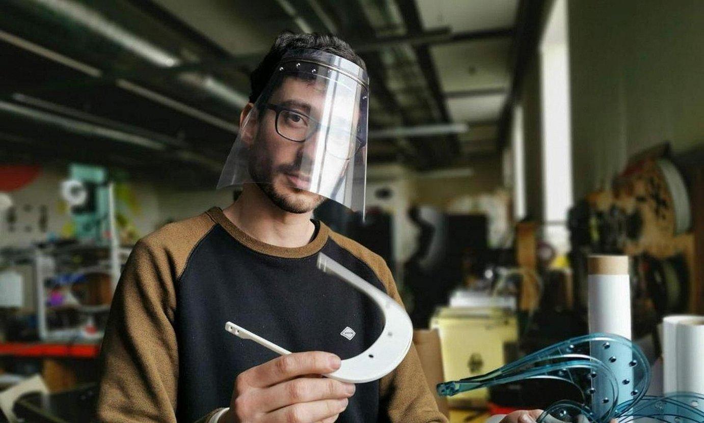 Gizon bat, 3D inprimagailuarekin egindako bisera bat jantzita. / BERRIA