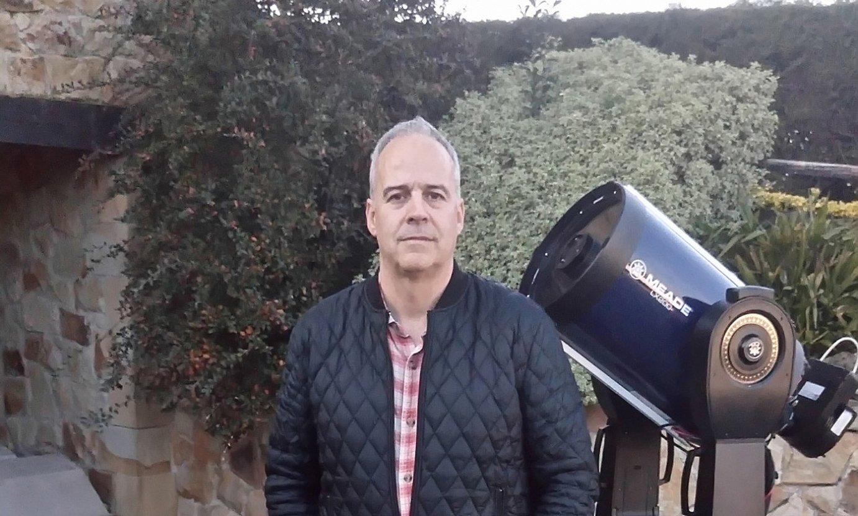 <b>Alex Escartin. </b>Astronomia zaletasuna du; irudian, egun duen behaketa ekipoarekin ageri da. ©BERRIA