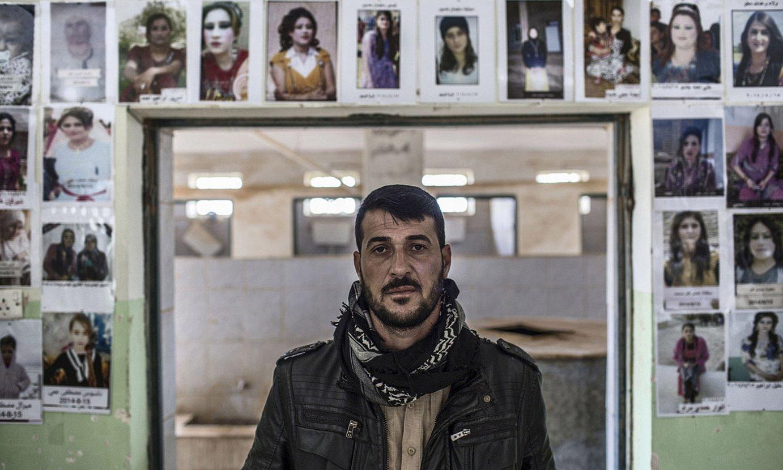 <b>Mosaikoa.</b> Murad, sarraskian hildakoen argazkiez inguratuta. ©J. M. LOPEZ