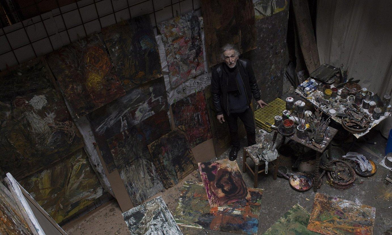 Juan Luis Goenaga margolaria, bere estudioan, orain aste gutxi hartutako irudi batean. ©JUAN CARLOS RUIZ / FOKU