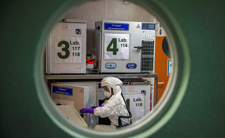 Espainiako Bioteknologia Zentro Nazionaleko goi segurtasuneko laborategia, Madrilen. Koronabirusari buruzko ikerketa bat egingo dute han. ©EMILIO NARANJO / EFE