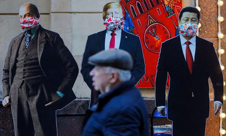 <b>Liderrak.</b> Lenin, Trump eta Xiren kartoizko irudiak, Moskun. ©S.I. / EFE