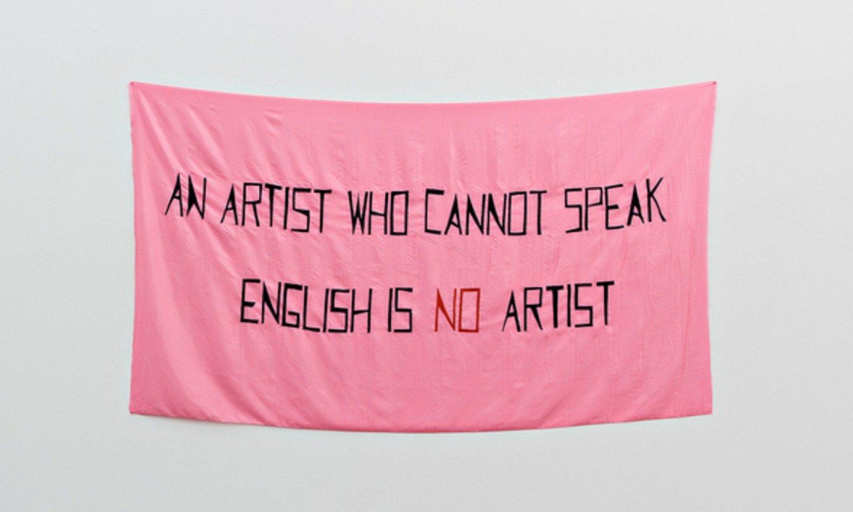 Mladen Stilinovicen <em>An Artist Who Cannot Speak English Is No Artist</em> obra (1992). ©GALERIE MARTIN JANDA