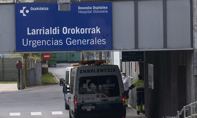 Bi anbulantzia, Donostia ospitaleko larrialdietako sarreran. ©JON URBE / FOKU