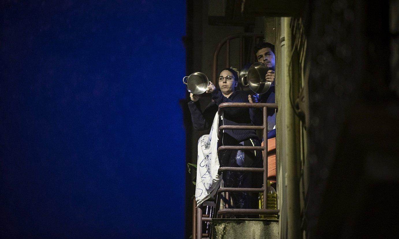 <b>San Frantzisko.</b> Eltze joka aritu ziren leiho eta balkoietatik bart, polizien gehiegikerien kontra. ©ARITZ LOIOLA / FOKU