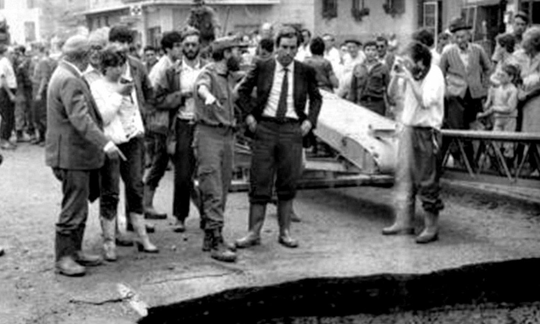 Carlos Garaikoetxea, 1983ko abuztuan, Busturian, uholdeetan. / BERRIA