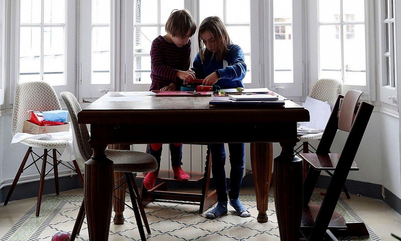 Konfinameduak iraun bitartean, etxean egon behar dute umeek. ©A. ESTEVEZ / EFE