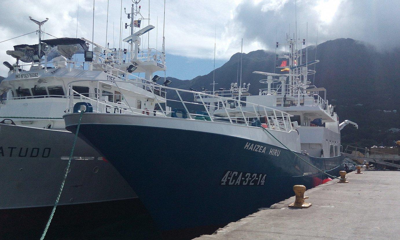 <em>Haizea Hiru</em> alturako arrainontzia, Seychelle uharteetako portuan lotuta. / ANDONI GABANTXO