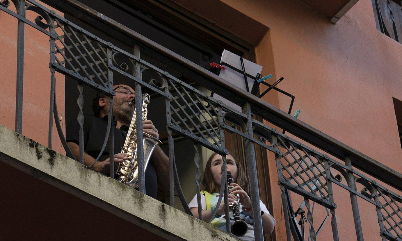 Bi lagun balkoi batean musika jotzen, alarma egoeraren bigarren astean. ©JON URBE / FOKU