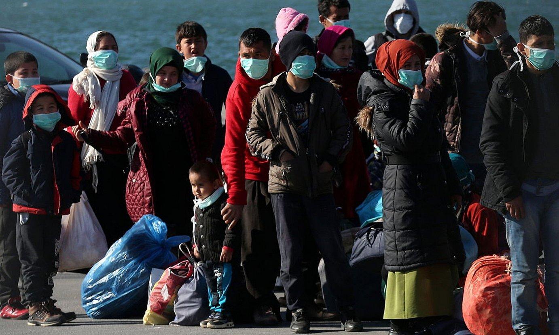 Lesbos irlan lehorreratutako errefuxiatu talde bat, Mitileneko portuan, martxoaren hasieran. ©ORESTIS PANAGIOTOU / EFE