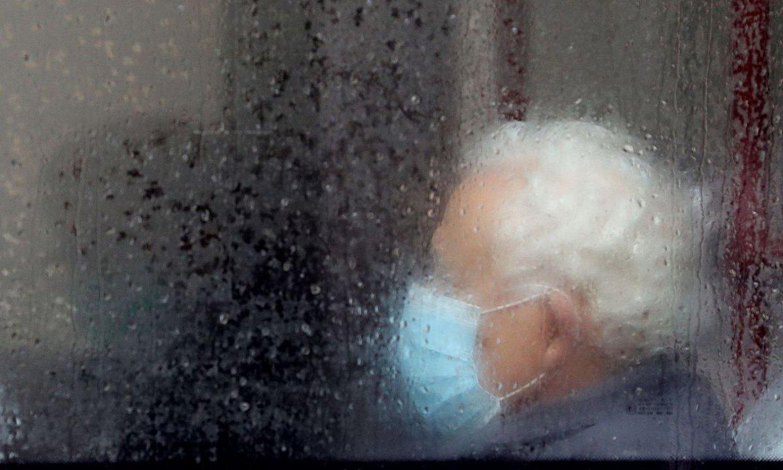 Pertsona bat, maskara batekin babestuta, autobus batean. / JUANJO MARTIN / EFE