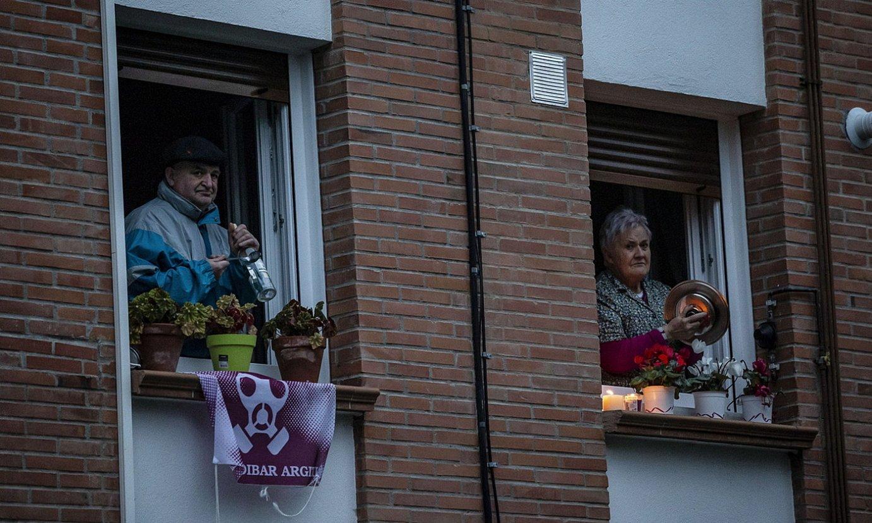 Protesta zaratatsuak egin zituzten atzo balkoietan. ©ARITZ LOIOLA / FOKU