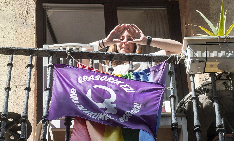 Indarkeria matxista salatzeko banderola bat balkoi batean. ©MARISOL RAMIREZ / FOKU