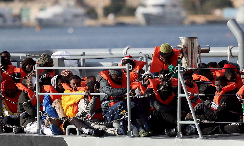 Mediterraneoan eginiko migratzaileen erreskate bat. / DOMENIC AQUILINA / EFE