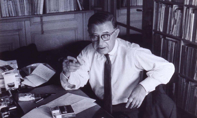 Jean Paul Sartre idazle eta pentsalaria liburutegian, eskuizkribu batzuekin lanean. ©JEAN MARQUIS