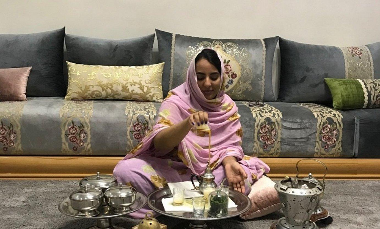 <b>Etxean.</b> Khalida Gaoudi sahararra bere etxean tea prestatzen, Aaiunen, Mendebaldeko Saharan. / BERRIA
