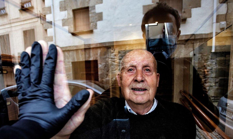 Unai Beroizen argazkia: Miguel aitona ezkaratzean, eta Beroizen isla kalean. ©UNAI BEROIZ / EFE
