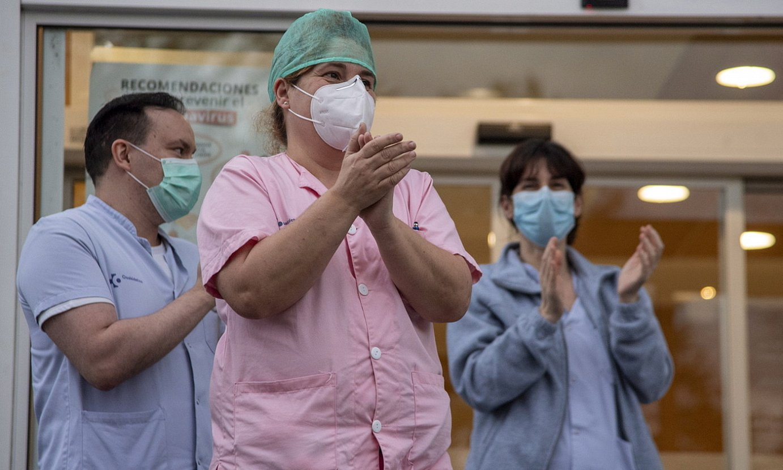Jaurlaritza osasun zentroetako langile guztiei testak egiten hasi da. Irudian, Donostiako Ospitalekoak. ©GORKA RUBIO / FOKU