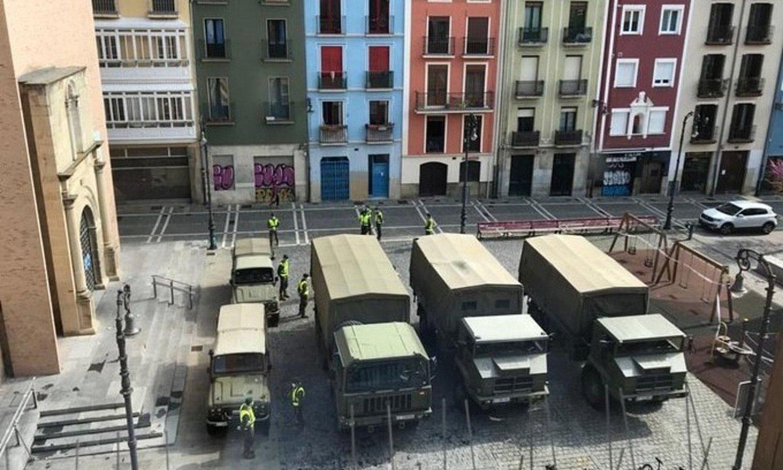 Espainiako UME Larrialdietako Unitate Militarreko kideak, joan den apirilaren 3an, Iruñeko Parte Zaharrean. / BERRIA