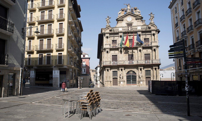 <b>Hutsik.</b> Eguerdia Iruñeko Udaletxe plaza hutsean. / IÑIGO URIZ / FOKU