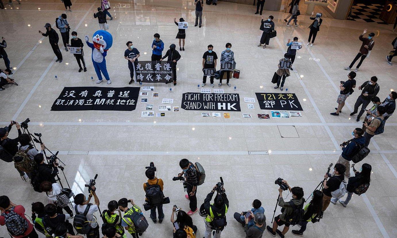 Iazko protesten harira atxilotuak askatzeko egindako kontzentrazio bat, atzo, Hong Kongen. ©JEROME FAVRE / EFE