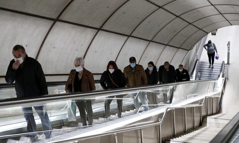 <b>Bilboko metroa.</b> Bidaiariak maskararekin Bilboko metroaren geltoki batean. / LUIS TEJIDO / EFE